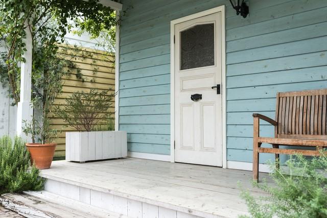 白く塗装された玄関.