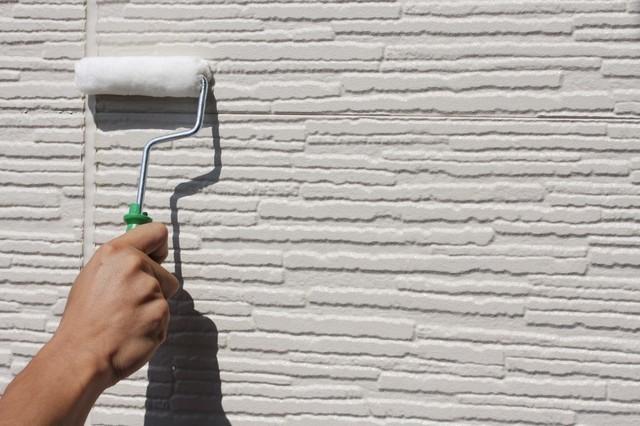 ラジカル塗料を塗装する人