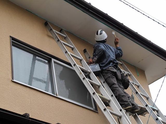 軒天を塗装する人
