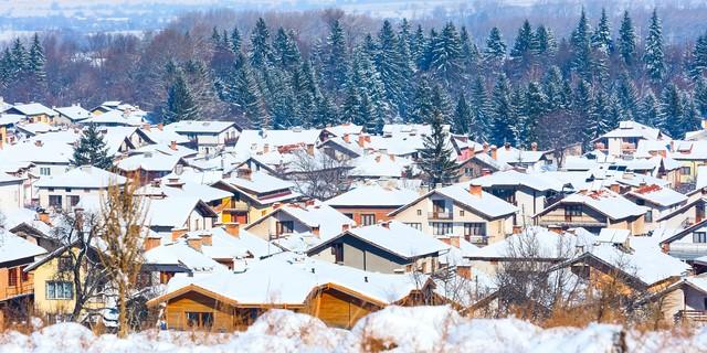 雪が屋根に積もっている町