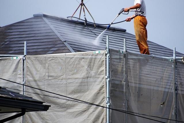 屋根のメンテナンスをする人