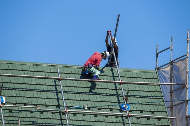 屋根を修理する職人
