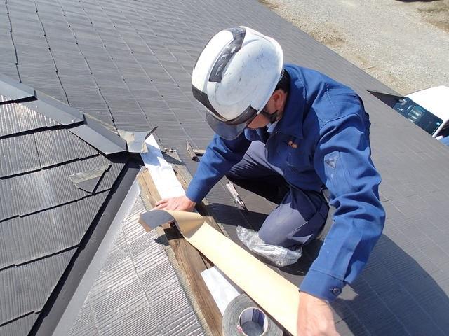 屋根を修理する人