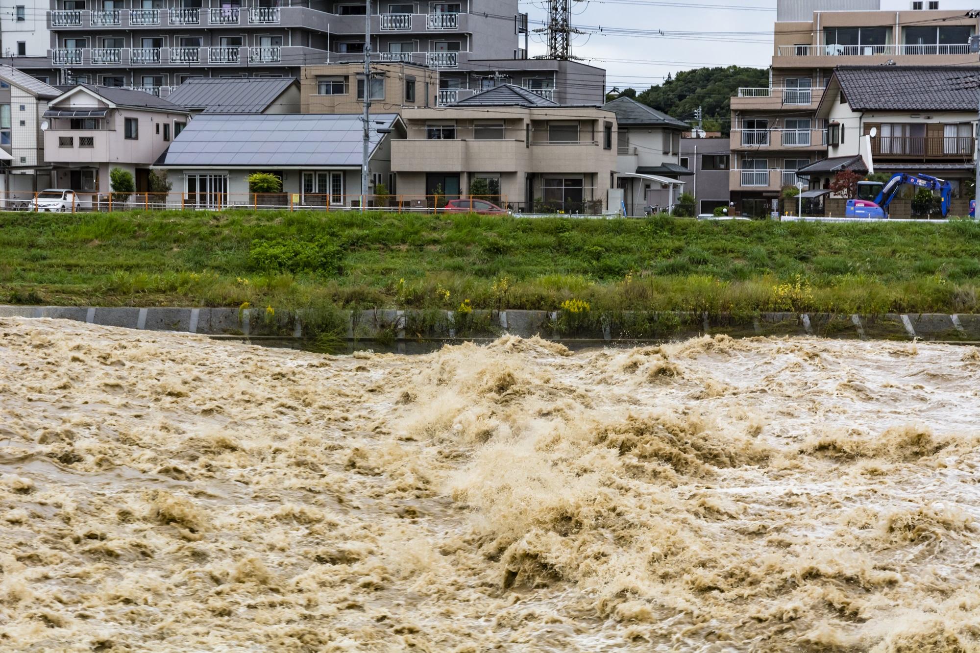 台風時の川×住宅